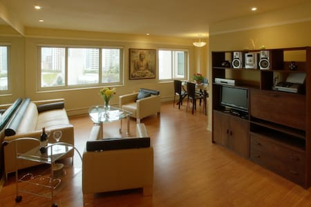 Nicely appointed Deluxe Downtown Seattle 2 bdrm 1 bth PH Condo adjacent the WA State Convention Center. Short walk to: Pike Place Market, flagship Nordstroms, Capitol Hill nightlife & dining, Starbucks Roastery, Theaters, bus lines & link light rail.