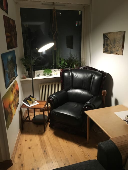 Reading Corner! Coziness. Relax. Red Wine.