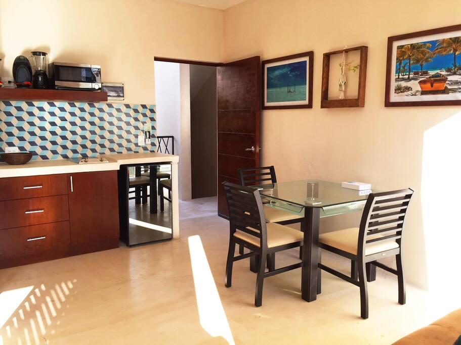 El Comedor y Cocineta / The Dining Area and Kitchenette