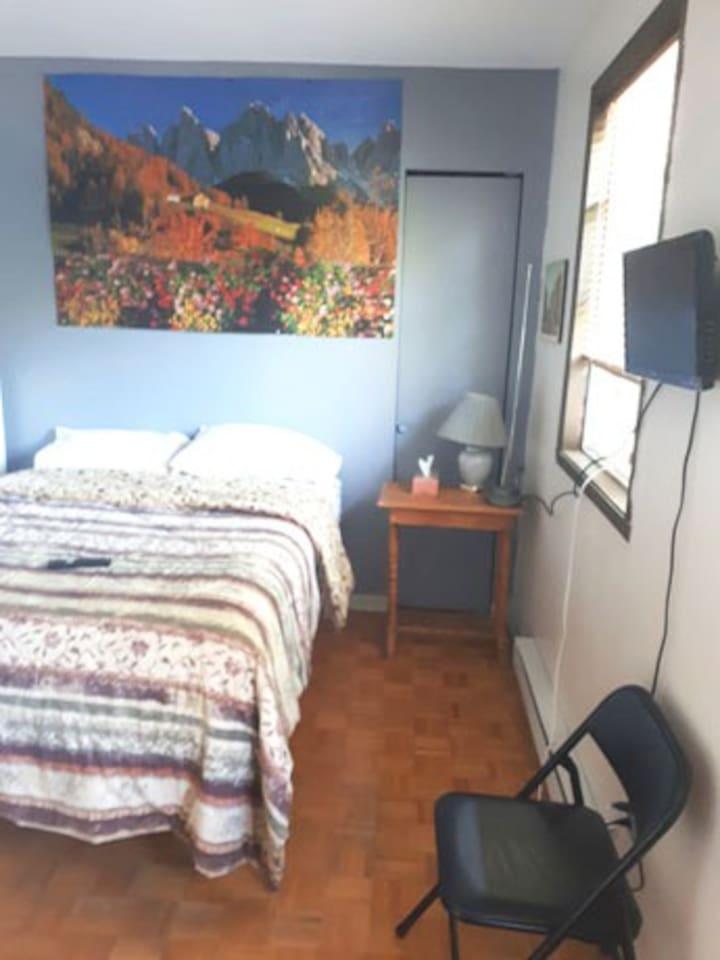 chambre avec un lit double confortable