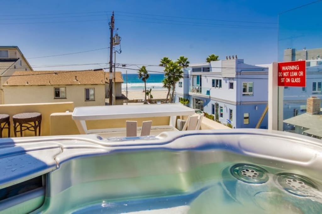 Hot tub with ocean view. There are now glass railings around the hot tub.