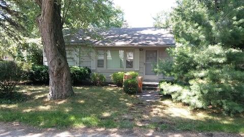 Quiet room near Bloomfield Hills and Pontiac