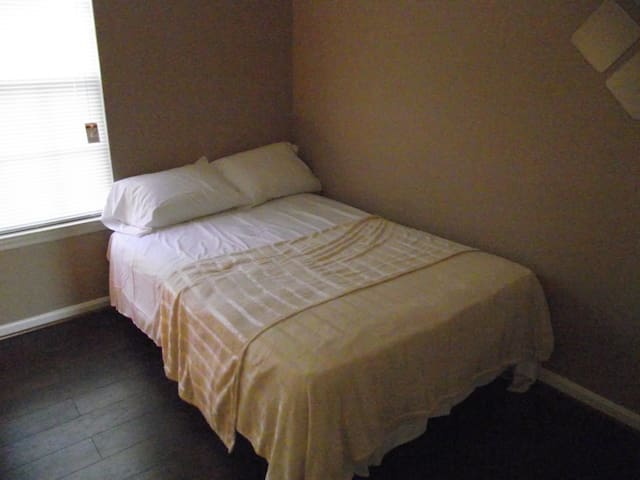 Inviting Upstairs Bedroom - Silver Spring - Appartement