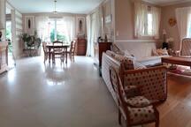 Grand salon,  salle à  manger baignés de lumiere, où  il fait bon profiter du temps qui passe en famille, entre amis.