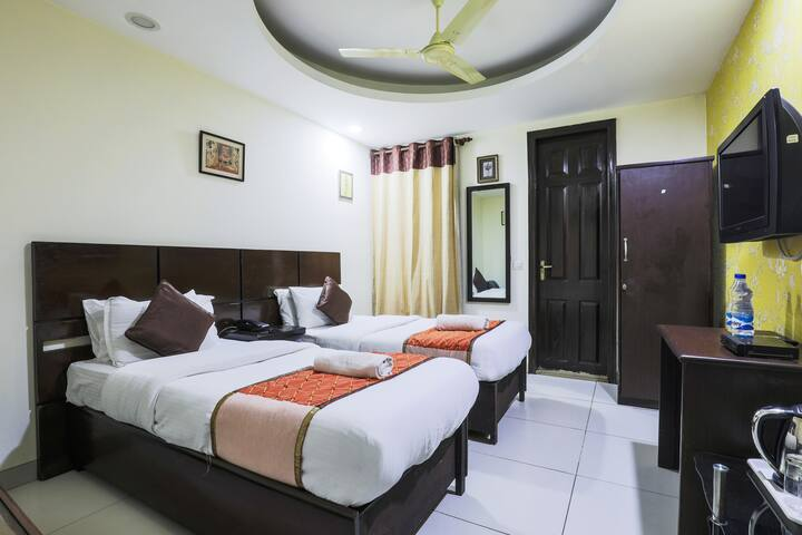 Private Twin Bed room in East of Kailash