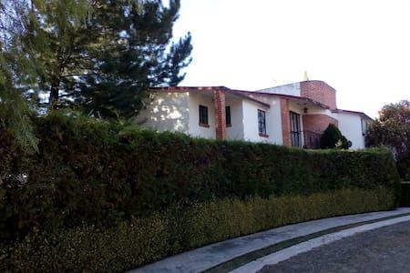 Casa Club de Golf Tequisquiapan ACOGEDORA Y SEGURA - テキズキアパン - 一軒家