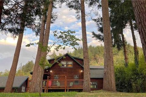 Riverfront Log Cabin in Roseburg's Wine Country