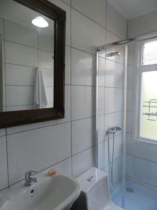 Un baño privado exterior a la avitacion, amplio e iluminado