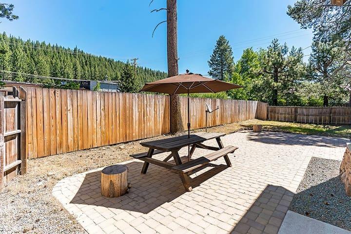 Heart of Truckee, pet friendly, fenced backyard
