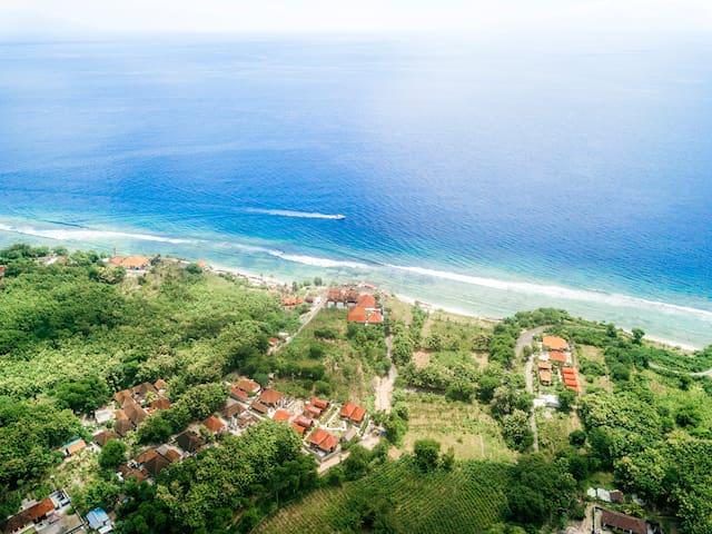 Houten architectuurcabine aan de kust van Penida 1