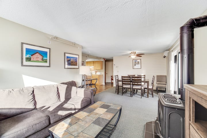Inviting mountain condo w/deck, shared grills, hot tub, indoor pool, sport court