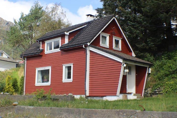 Tolles Haus direkt am Fjord mit Strand und Boot - Vindafjord - House