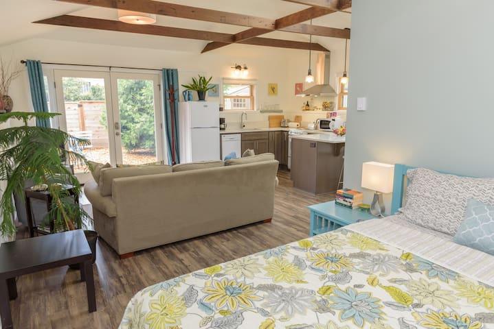 Sunny, Spacious New Studio in NE - Full Kitchen! - Portland - Casa