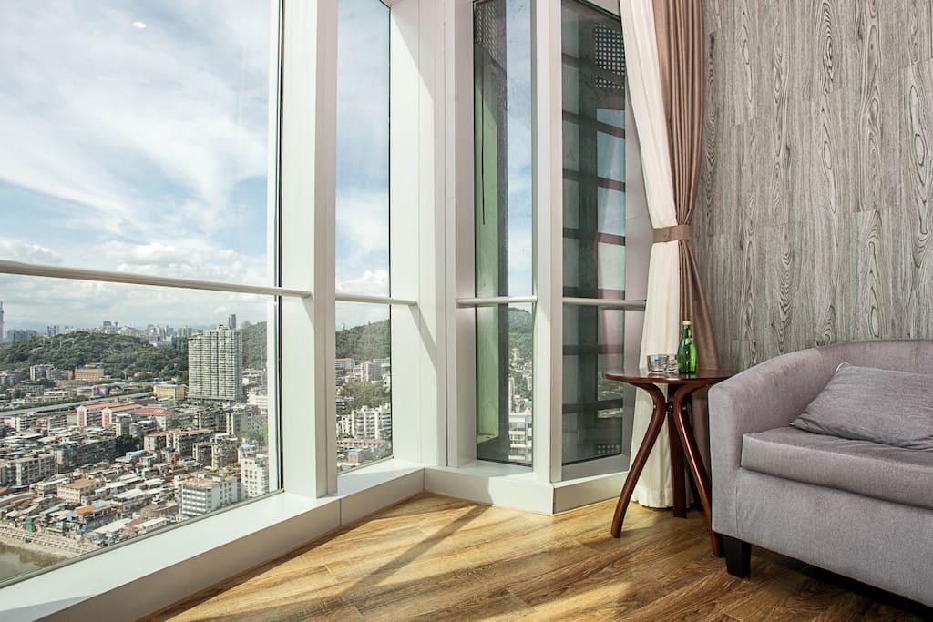 窗外一侧是厦门最文艺的沙坡尾艺术西区以及饱含厦门风俗的老城区