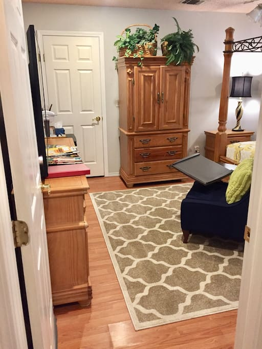"""Perfect description. Nice quiet room in a quaint neighborhood.""...Calvin"
