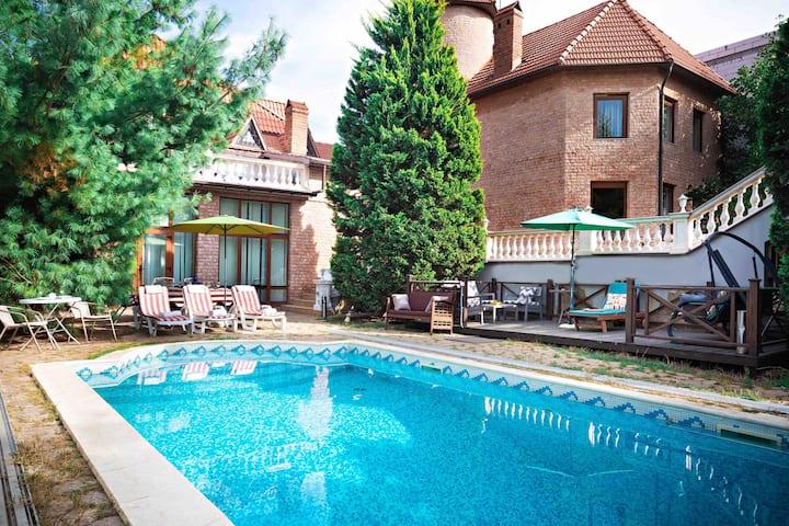 VIP-VILLA, 7 Bedrooms, 2 Pools, near the beach