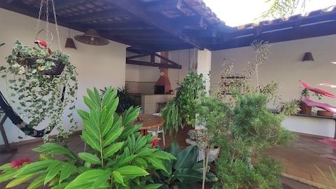 Casa tranquila com jardim amplo no Jd. Palmares