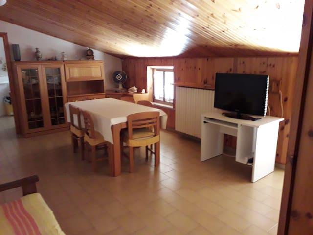 Soggiorno con TV/Living Room and TV