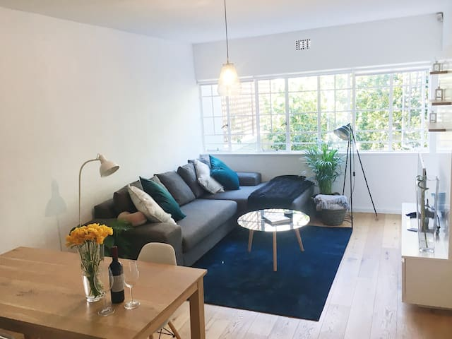 oak floors continue into the spacious living/dining room accommodating a large corner sofa, dining table and Netflix enabled HD TV.