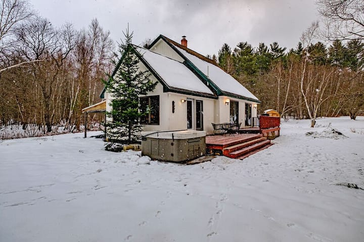 PET FRIENDLY AND SECLUDED house w/ hot tub and BBQ. 15 minutes to Sunday River