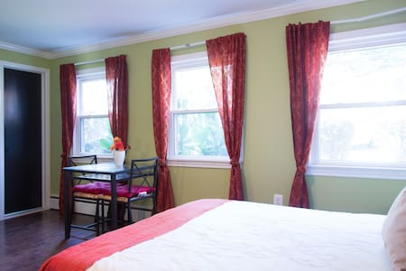 Large DC room nr metro: parking & private bath
