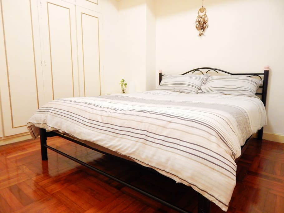 Quiet bedroom equipped with a queen size bed and a huge wardrobe