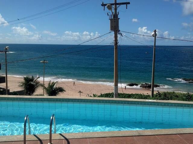Piscina do prédio com vista para Praia do Buracão.