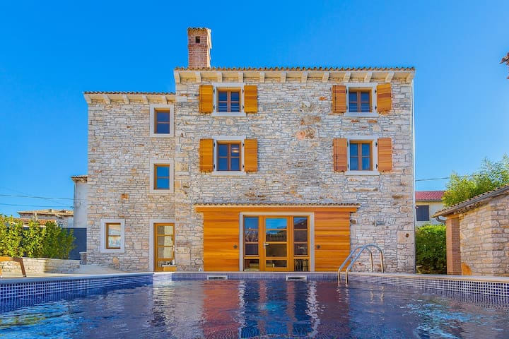 Beautiful villa consisting of two houses with private pool, near Pula and beach