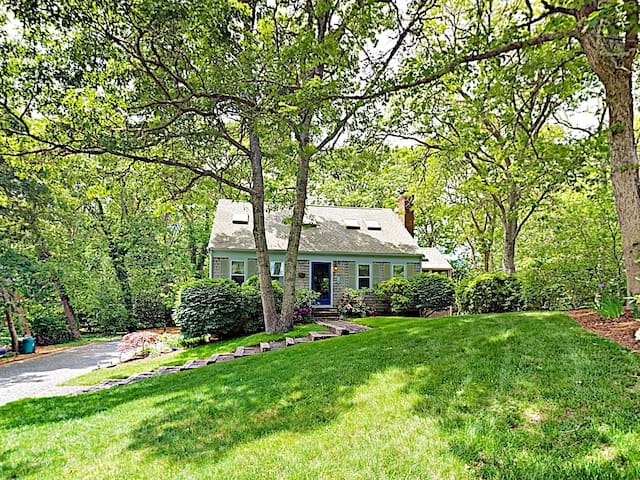 Charming 4BR Cottage -- Steps to Long Pond