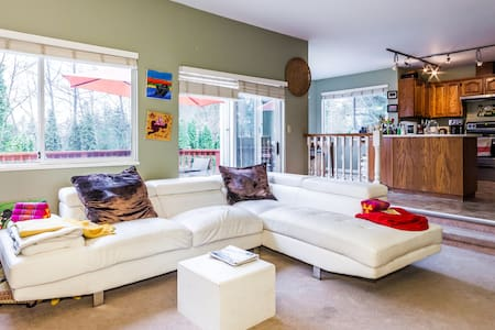 Family,pet friendly, artistic home. - Port Moody - Penzion (B&B)