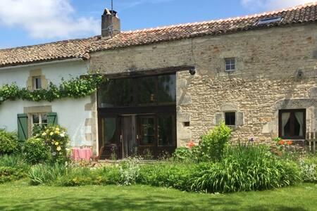 Superb gîte with pool near La Vallée des Singes