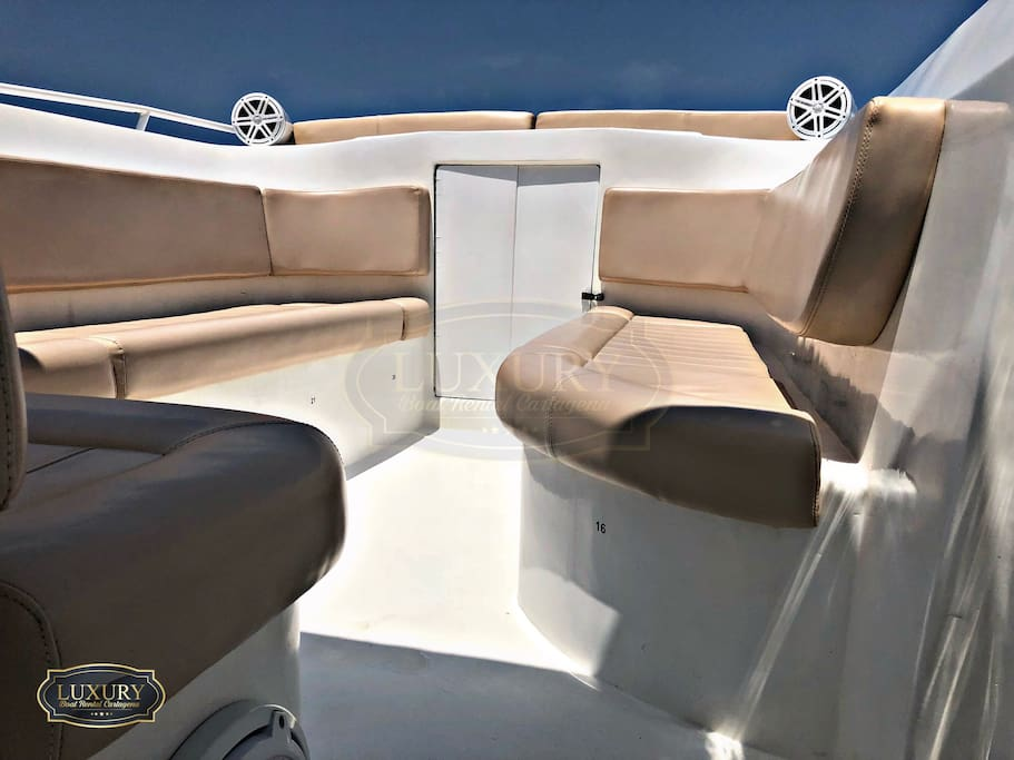 Luxury sports boat 44 FT Cap max 20 people. Luxury Cogineria, cooler, 2 engines Yamaha 300 full sound INCLUDES: CAPTAIN - COPILOT - FUEL Departure Time: 8:00 a.m. - 9:00 a.m. (you decide) Arrival time: 5:00 pm Additional hour through the bay of Cartagena 300,000