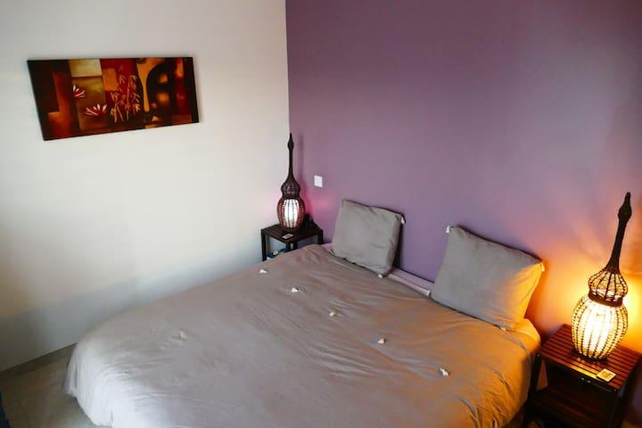 chambre parent avec lit queen size 180X200