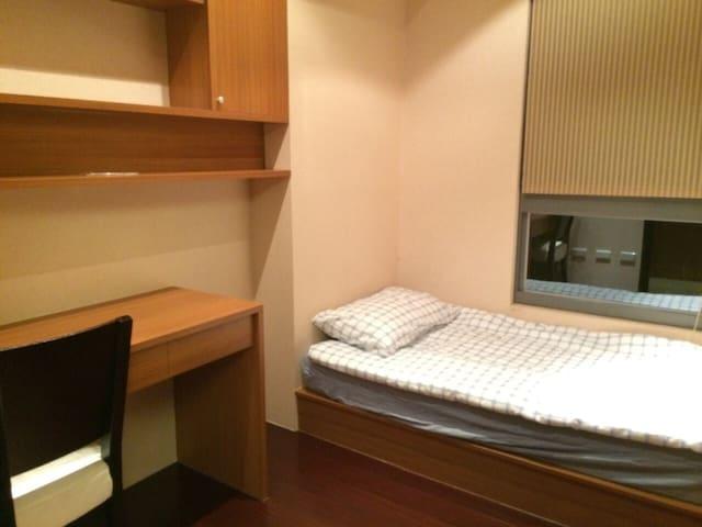 單人房,有衣櫃(在沒有拍到的角落XD) (另有包車服務,歡迎詢問)