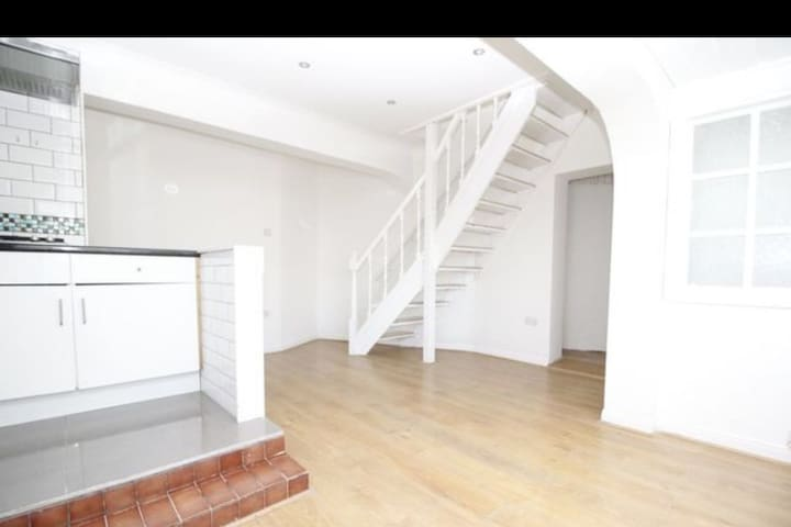 a stunning 1 bed house in W. London self contained