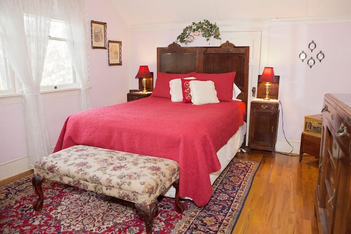 Syrah room Queen bed + ensuite