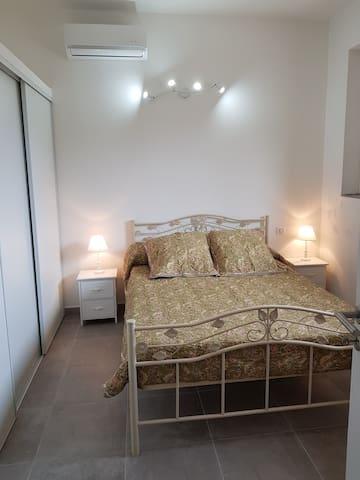 Chambre lit double en 140 cm, placard et climatisation.