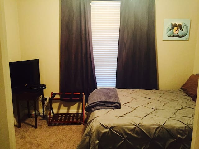 Private room w Bed/bath Close to Broncos Stadium