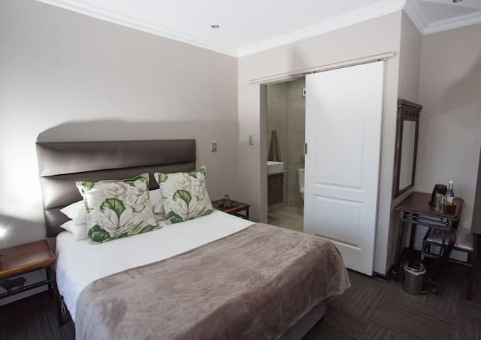 Neat, luxury and affordable lodge in Bloemfontein.