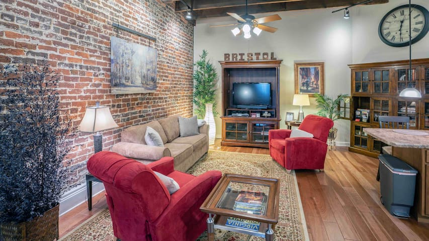 Live like a Local LOFT-Urban Oasis Downtown,NASCAR