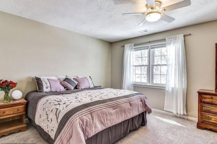 Big rm /shared BATH/ Queen bed/Quiet neighborhood