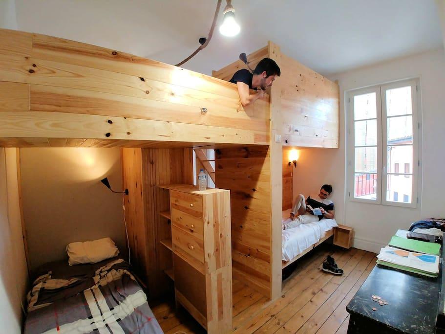 Les chambres façon dortoir d'auberge de jeunesse. Chaque lit est organisé en petit cocon chaleureux en bois !