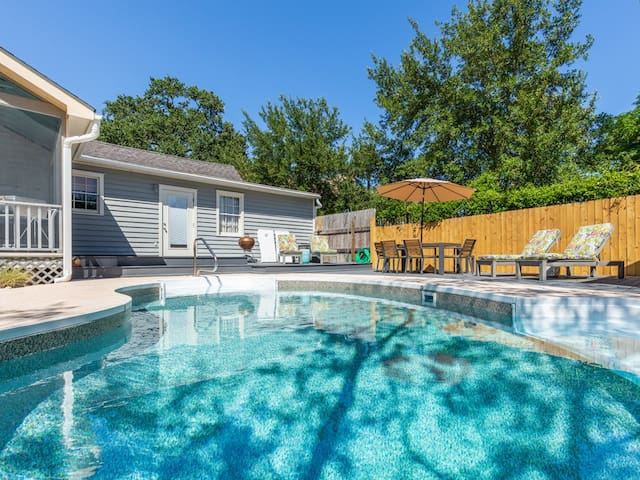 Pet Friendly Cottage with Pool, Fenced Yard, Free Parking - Frogtown Cottage