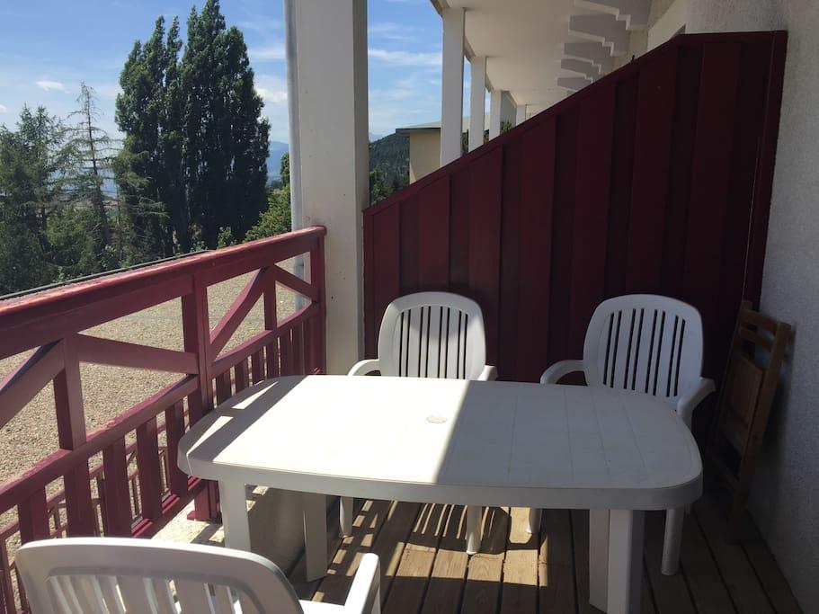 Le balcon où l'on peut manger.