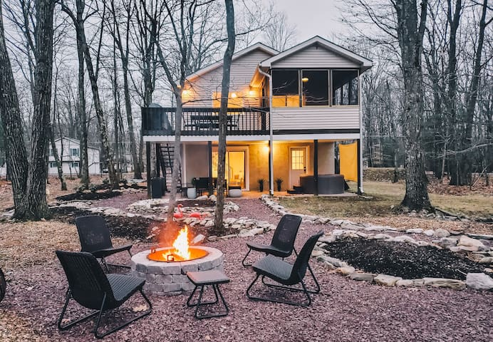 SP - Neoclassical/ Lakefront / Hot Tub/ Deck and Firepit/ 5 minutes to Kalahari