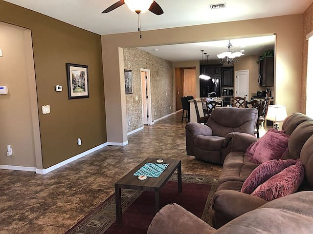MONTHLY SPECIAL Patrick Place Spacious 3 BR Home Golf/Shopping/Gilbert