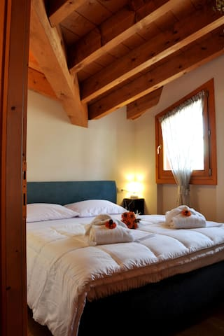 Camera da letto matrimoniale con letto queen e ampio spazio armadio. L'appartamento dispone di biancheria da letto e da bagno.