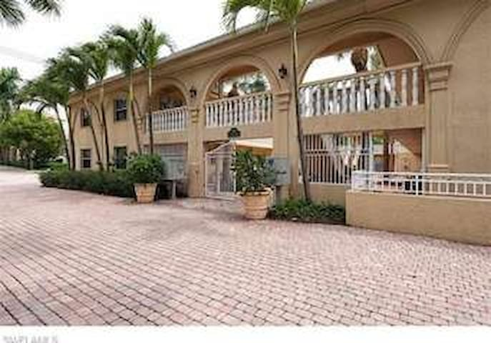 Olde Naples Condo- Walk to 5th Ave Shops