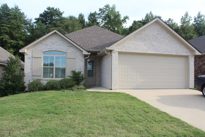 ★ENZIE - New Private Home - 6 Miles to Campus☆