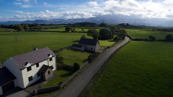 Detached 4-Bed Farmhouse Beaumaris STUNNING VIEWS!
